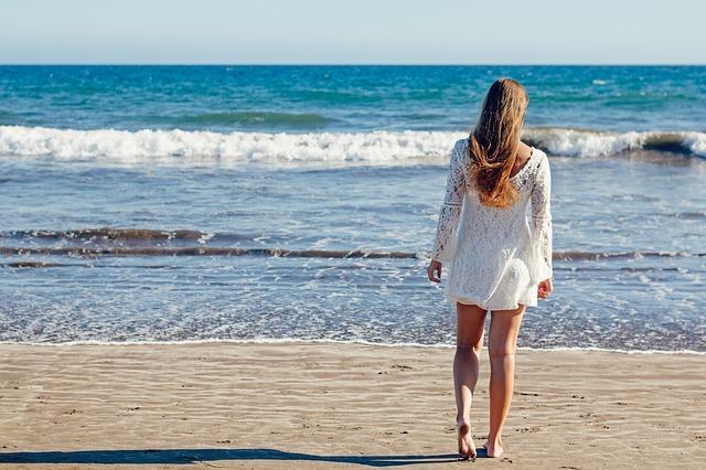 Jeune femme au bord de la plage