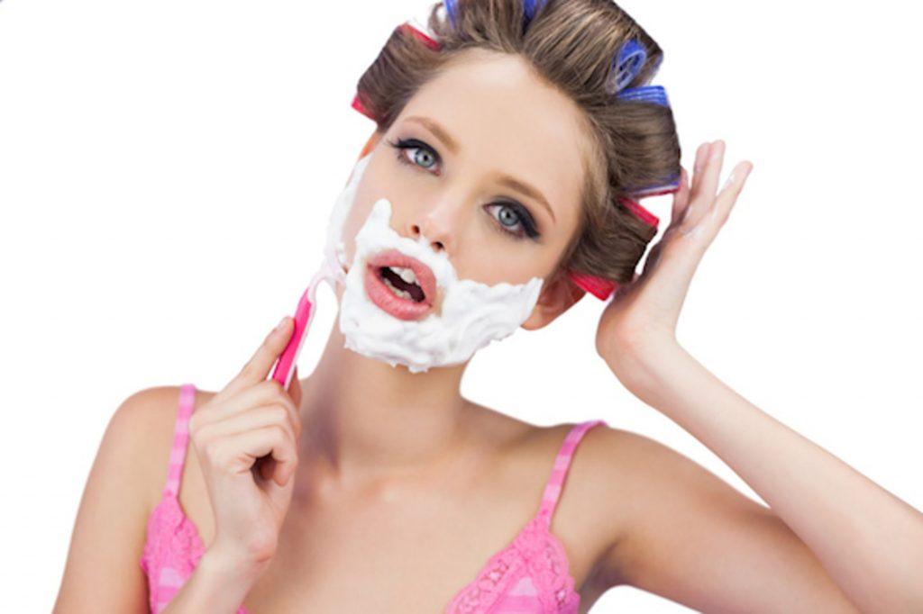 Femme se rasant les poils du visage