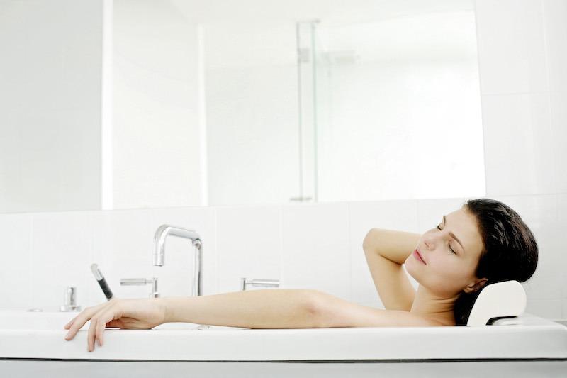 Femme se relaxant dans sa baignoire
