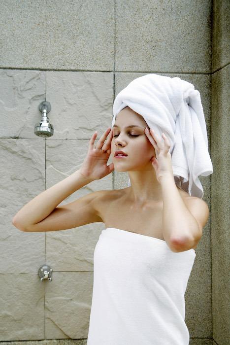 Femme sortie de la douche