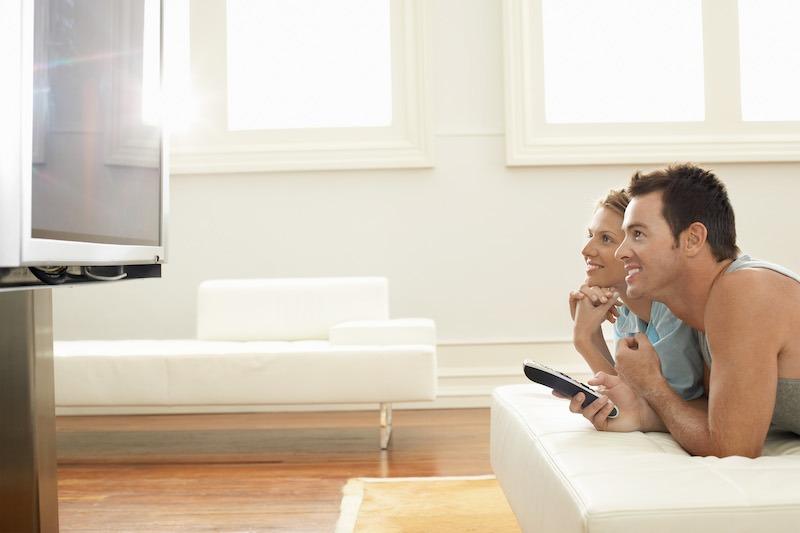 Couple au lit devant la télé