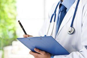 Médecin renseignant une ordonnance