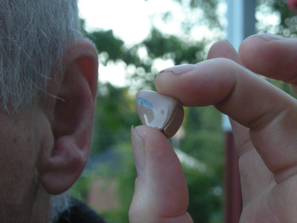 Oter l'appareil de son oreille