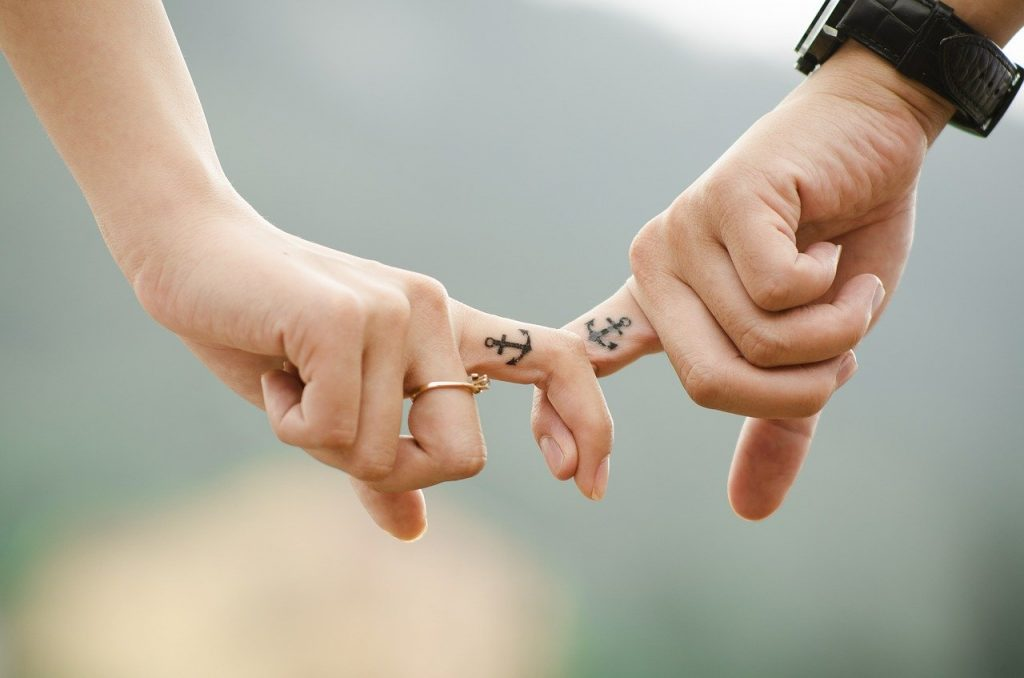 couple qui se tient la main